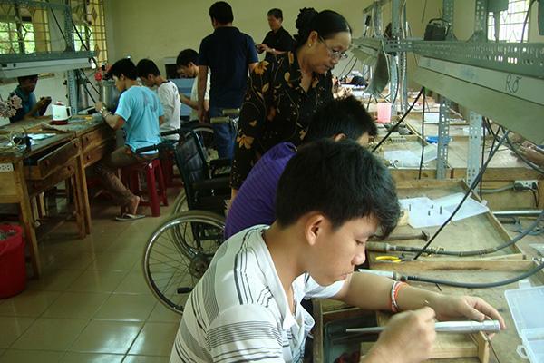 Dạy nghề & tìm việc làm cho NKT & TMC